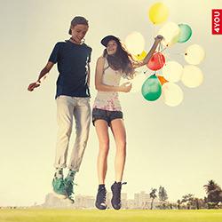 Junge und Mädchen mit Ballons