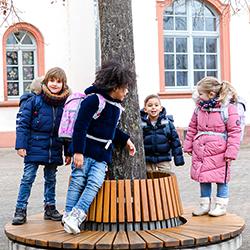 Mädchen und Buben mit McNeill Schultaschen