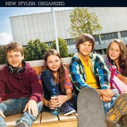 Vier Kids auf der Bank mit Skateboard.